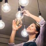 Glühbirne wechseln – manchmal braucht es dazu Hilfe